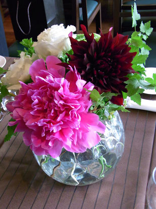 結婚式 ウェディング ゲストテーブル ビビットなピンクシャクヤクが目を引きます