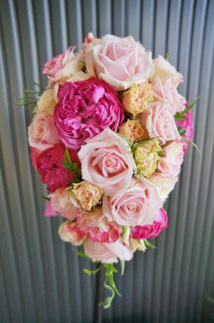 何種類もバラを使いピンクのグラデーションブーケ