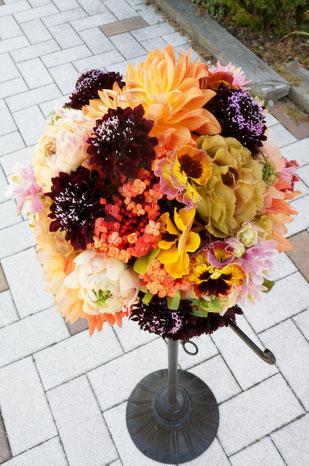 ラナンキュラスやパンジーを使った春のお花のラウンドブーケ