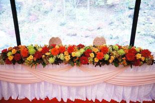 結婚式 ウェディング メインテーブル 高砂 季節感を出した色でお花を会場内を演出