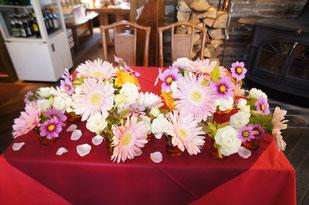 結婚式 ウェディング メインテーブル 高砂可愛いガーベラと季節のお花を合わせて アットホームなレストランウェディング