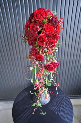 深紅のバラやダリアを使ってスタイリッシュなキャスケードブーケ