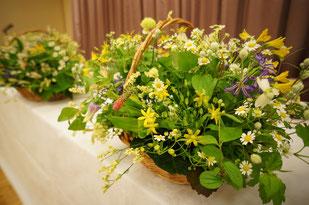 新婦様のお好きな自然なイメージを小花を使ってまとめて結婚式 ウェディング メインテーブル 高砂