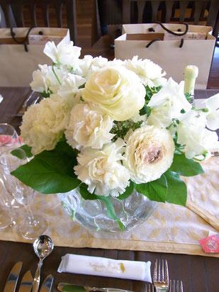 結婚式 ウェディング ゲストテーブル 白でまとめて洗練された雰囲気に