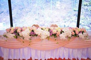 結婚式 ウェディング メインテーブル 高砂淡い色合の中に胡蝶蘭を入れると可愛いけど大人な印象に