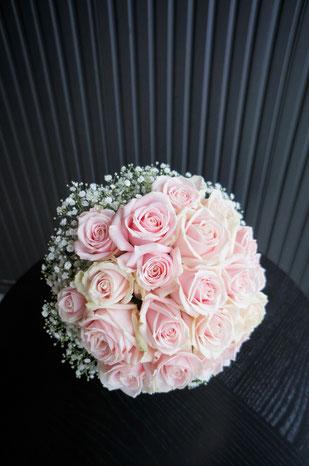 淡いピンクのバラ スイートアバランチェにカスミ草を合わせて