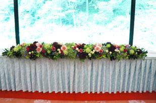 結婚式 ウェディング メインテーブル 高砂 アジサイ・ダリア・洋キクなど爽やかだけど落ち着いた雰囲気