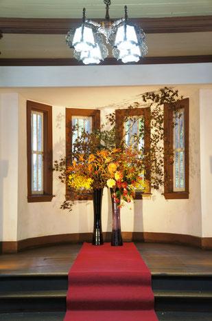 結婚式 ウェルカムフラワー 紅葉した枝物やオレンジや黄色系のお花で秋のイメージ