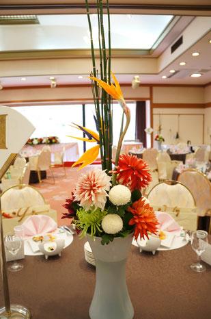 結婚式 ウェディング ゲストテーブル ダリアやピンポンマムで和風に ストレリチア 極楽鳥花