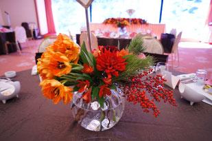 結婚式 ウェディング ゲストテーブル 鮮やかなオレンジはゲストも元気にしてくれます