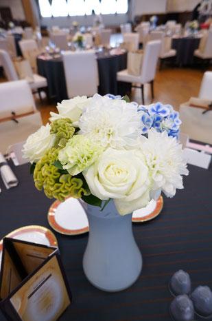 結婚式 ウェディング ゲストテーブル 光に溶け込むような白が花嫁をより美しく演出します