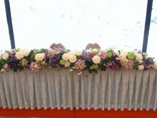 結婚式 ウェディング メインテーブル 高砂 バラ・トルコキキョウ・ダリアなどを使ってエレガントに