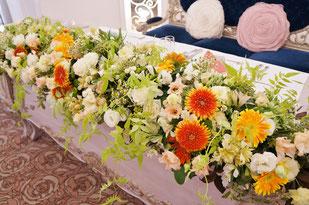 結婚式 ウェディング メインテーブル 高砂 ガーベラやマトリカリア・ジャスミンの葉などでナチュラルに