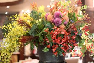 結婚式 ウェルカムフラワー 華やかに何種類ものお花を使って