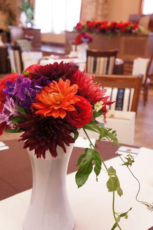 結婚式 ウェディング ゲストテーブル 深みのある落ち着いた色でシックな印象に