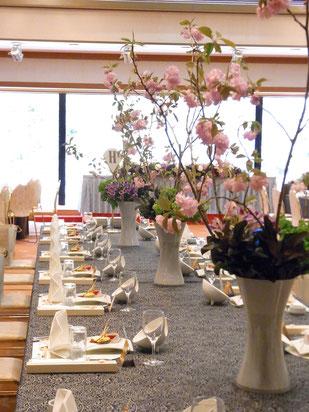 結婚式 ウェディング ゲストテーブル 高さのあるアレンジで厳粛な雰囲気に