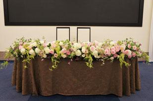 結婚式 ウェディング メインテーブル 高砂 淡いピンクのバラにダリアとクレマチス キュートな組み合わせ