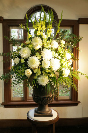 結婚式 ウェルカムフラワー 白とグリーンのお花で厳粛に
