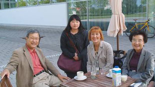 Mit Kim Kwang Kyu vor der Universitätsbibliothek