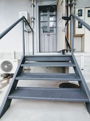 階段4段あります 足の不自由な方は付添います