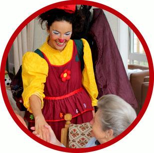 Eine Bewohnerin eine Altenheims im Landkreis Stuttgart lacht von ganzem Herzen, als die therapeutsiche Clownin Angelina Haug, zu Besuch kommt