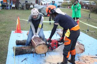 林業女子会による玉切実演