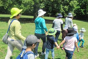 県立 東高根森林公園での療育風景 手を繋ぐ