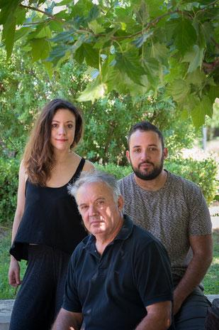 Vater Yannis mit seinen Kindern