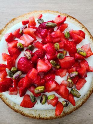 Intérieur du gâteau : ganache chocolat blanc pistache, morceaux de fraises et pistaches