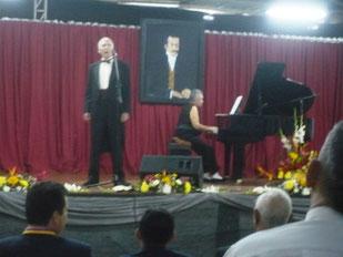 Artistas musicales de Rusia en sesión solemne por Día del Periodista del Litoral en Portoviejo, Ecuador: Alexander y Marina Herrero, barítono y pianista.