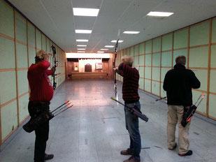 Bogenschützen beim Training in der Halle