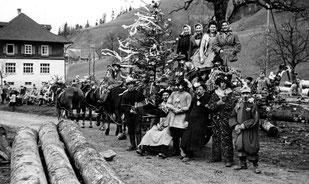 Luthern Bad, Tanneschleipfete mit Pferdegespann, Gruppenbild beim Schulhaus um 1948