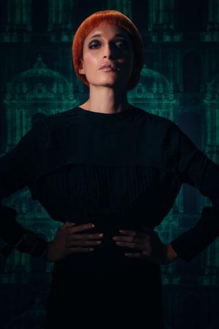 photo de coiffures courtes, rousse, cheveux roux, perruque rousse, coupe au bol, cheveux raide, smoky eyes brun et noir, lèvres nude, teint transparent
