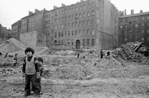 © Siebrand Rehberg - Kinder auf einem Abrissgelände nahe Skalitzer Straße 1973