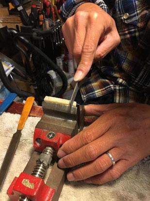 ナットにギター弦がはまる溝を掘っている作業