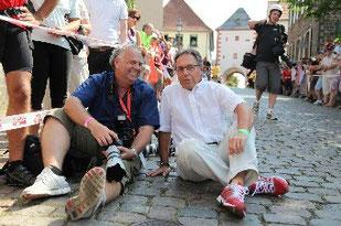 """Mit IM-Präsident Kurt Denk in der Frankfurter Innenstadt auf dem Kopfsteinplaster """"The Hell""""."""