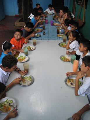 Alle Kinder und Freiwilligen von Comamos Juntos