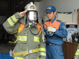 消防服に着替えての消防士体験。