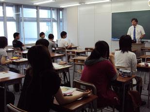 講演スタート、緊張している生徒たち