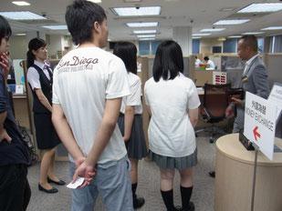 銀行のカウンター内や応接室、行員の方の休憩場所なども案内してくださいました。
