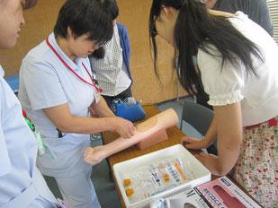腕の模型で採血の練習。採血のやり方を学ぶ。