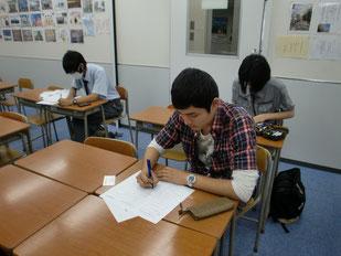 事前学習:全員でインタビューの原稿と名刺を作成。