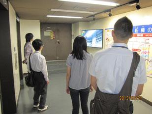 新聞の印刷を見学する生徒たち。