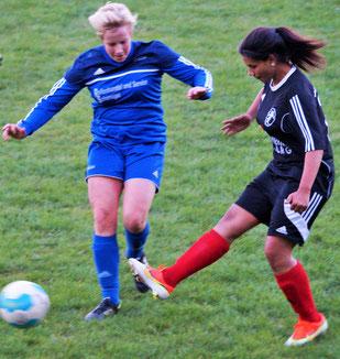 Der FSG-Stürmerin Lisa Adao (r.) blieb mit ihrem Team von der FSG Ebsdorfergrund der Torerfolg gegen den FSV Friedensdorf versagt.