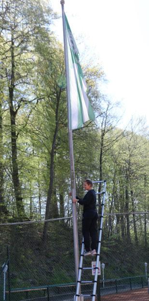 Julia Hoth beim hissen der ETC-Flagge - gekonnt!