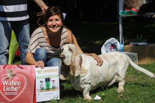 Simone Sombecki beim DogWalk 2015 mit Basset Kimmi