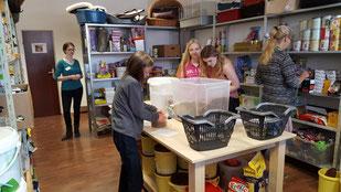 Michelle und Alina helfen in der Futterausgabe,  Foto: Oetken