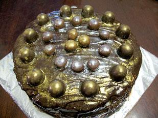 Шоколадный бисквит с кремом шоколадный пудинг, украшен шоколадом и вишней