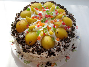 Бисквит со взбитыми сливками, персиком и цукатами