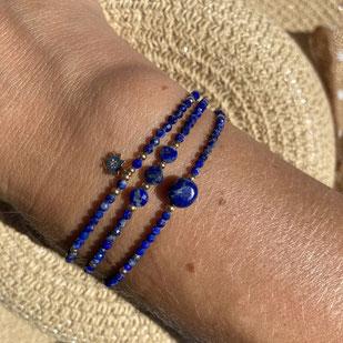 Cette photo représente un bracelet en lapis lazuli bleu